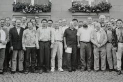 19940610_Gruppenfoto-Marktplatz-sw-scaled